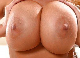 Duże balony to wielkie walory jasnowłosej Kingi (1)