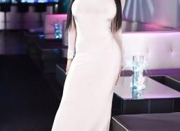 Gorąca foczka w białej sukni (10)