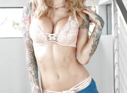 Laska z tatuażem stylowa i seksowna (3)