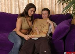 Chłopak od pizzy zaskoczył mamuśkę (5)