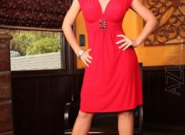 Seksowna blondi w czerwonej sukni (1)