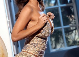 Seksowna brunetka ściąga swoją sukienkę (1)