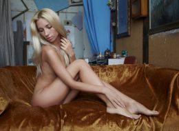 02 4 260x190 - Naga i seksowna blondynka