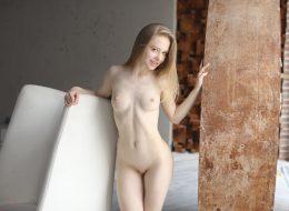 12 260x190 - Skromna blondyneczka