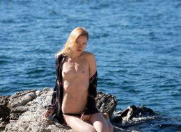 03 50 260x190 - Zgrabna blondi na skale
