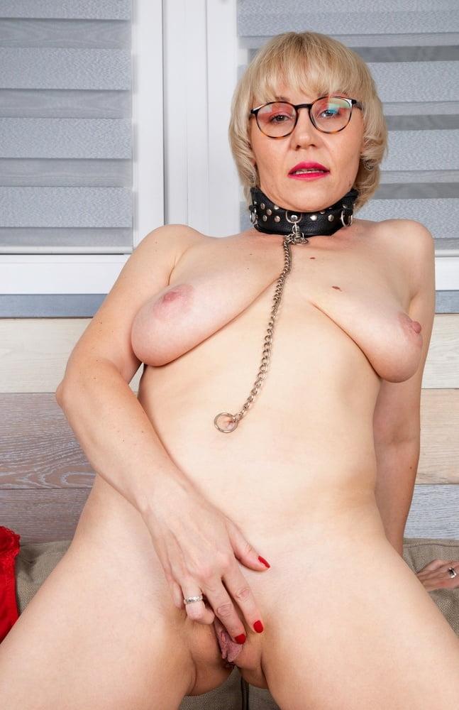 Mature Nikas saggy empty tits